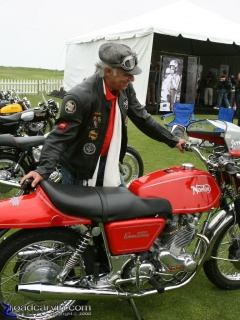 Norton 850 Commando: An great looking Norton 850 Commando and a rider with the perfect outfit.